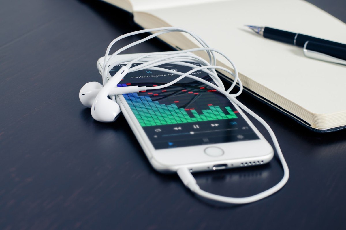 Apple Music playlist iPhone earbuds audio chart